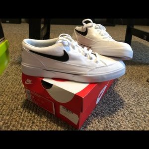 Size 10 Nike shoes in box!